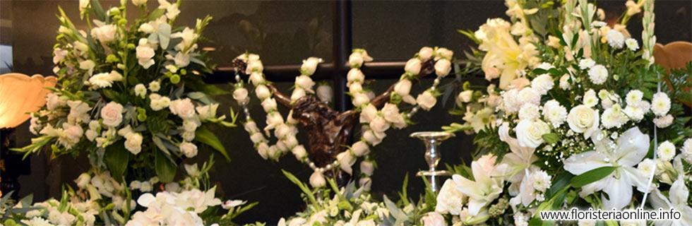 decoración de capilla funeraria con arreglos de flores bellas en guatemala